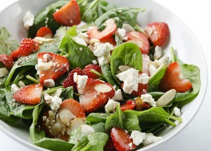ensalada de fresas con hojas verdes y semillas de chia
